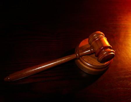 木製の机の上の裁判所の小槌