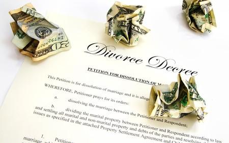 arbitrator: Documento del decreto di divorzio e denaro spiegazzato fino Archivio Fotografico