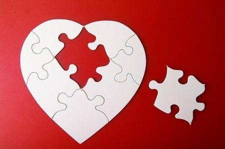 missing piece: forma de coraz�n de puzzle blanco con la pieza que falta, en rojo