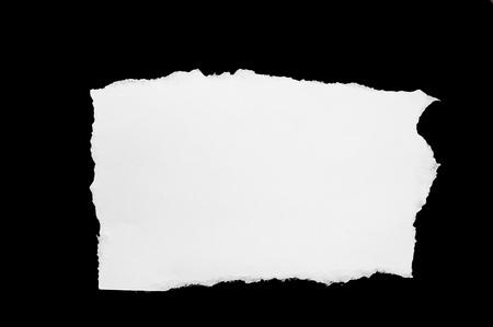 검은 종이 조각에 찢어진 하얀 구멍