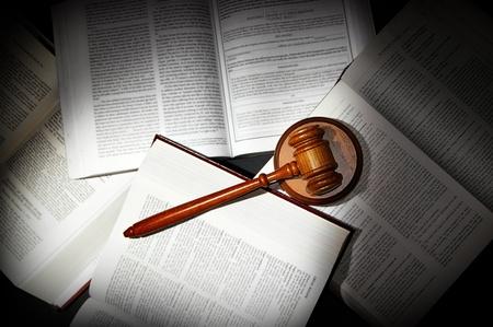 arbitrator: assortiti aperto legge libri con il martelletto legale, nella luce drammatica