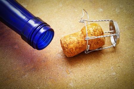 blauwe fles met close-up van een champagnecork