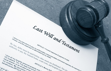 sue: Last Will document and judges legal gavel Stock Photo