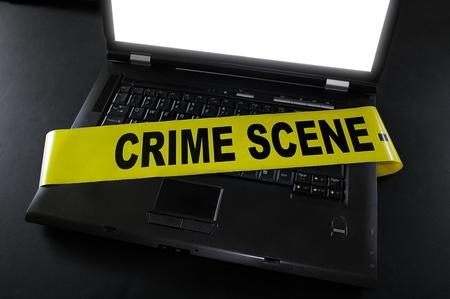 escena del crimen: port�til con cinta de escena del crimen a trav�s de ella