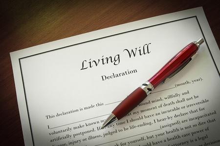legal document: Testamento de Vida documento con la pluma, de cerca