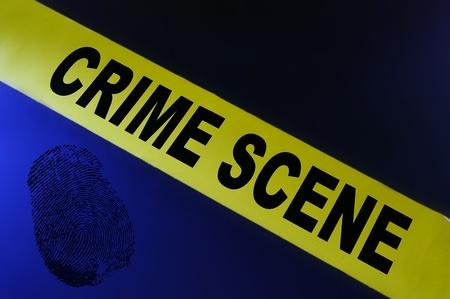 escena del crimen: Amarillo cinta de la escena del crimen sobre fondo azul con huellas dactilares