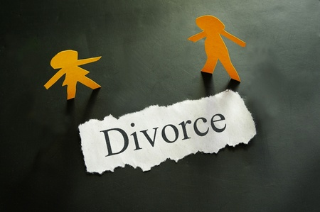 torn piece of paper with divorce text and paper couple figures Stok Fotoğraf