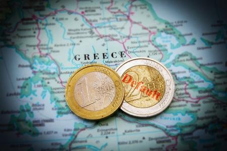 crisis economica: Monedas de euro en un mapa de Grecia (crisis financiera griega)