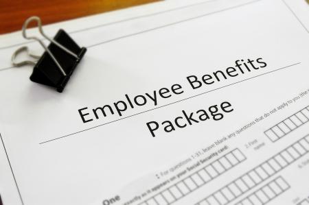 recursos humanos: Primer plano de un paquete de beneficios para empleados