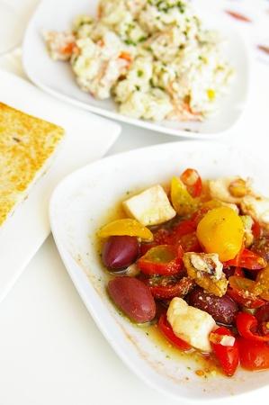 スペインのタパスのオリーブとピーマンのサラダ