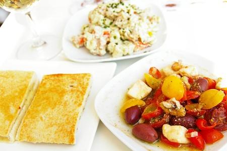 スペインのタパス料理 (フラットブレッド サンドイッチ、オリーブとピーマンのサラダ) 写真素材