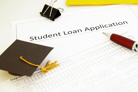 student lening aanvraagformulier en mini graduation cap