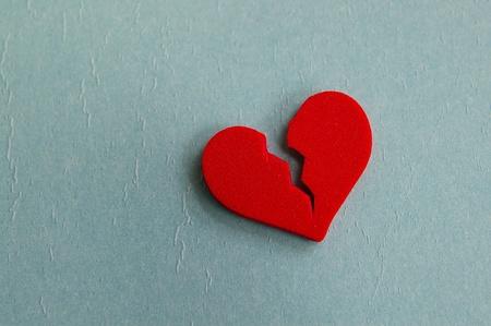 rood gebroken hart, close-up op blauw