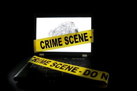 escena del crimen: Ordenador port�til con cinta de la escena del crimen a trav�s de ella