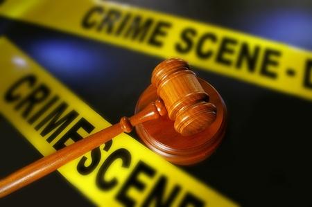 escena del crimen: legal martillo y cinta de la polic�a la escena del crimen Foto de archivo