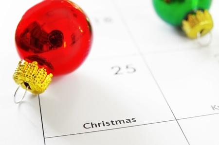 calendario diciembre: Primer plano de un calendario que muestra el día de Navidad, el día 25
