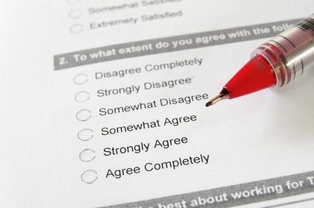Nahaufnahme eines Arbeitsverhältnisses Umfrage mit roten Stift Standard-Bild