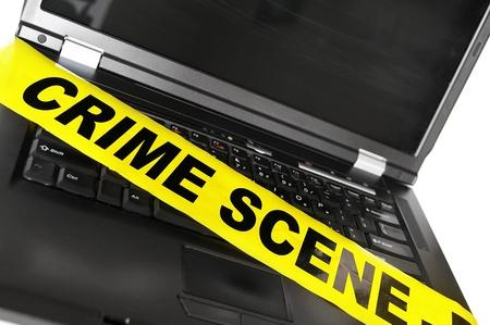 escena del crimen: ordenador port�til con cinta amarilla la escena del crimen