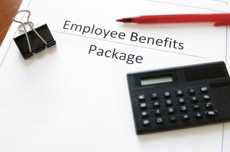 employee benefits pakket met calculator en pen