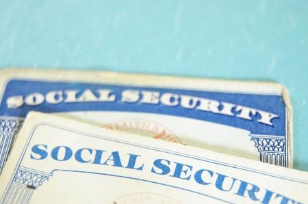 s�curit� sociale: Gros plan sur les cartes de s�curit� sociale des �tats-Unis, sur fond bleu Banque d'images