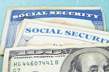 seguridad social: Primer plano de dinero de EE.UU. y tarjetas de Seguro Social Foto de archivo