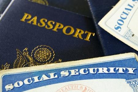 seguridad social: Primer plano de las tarjetas de Seguro Social de Estados Unidos y pasaportes Foto de archivo