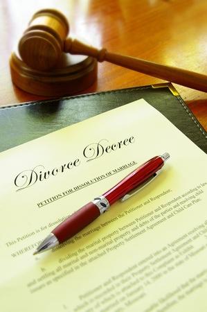 divorcio: Divorcio documento de decreto de la corte y el martillo