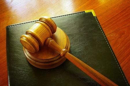 法的小槌と机の上のバインダーを革 写真素材