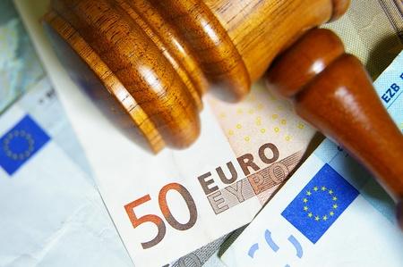 billets euros: Gros plan d'une note marteau et Euro