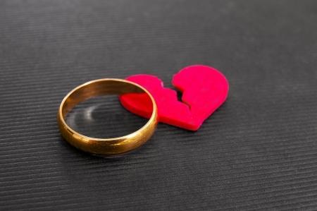 corazon roto: anillo de bodas de oro y rojo roto concepto de divorcio coraz�n