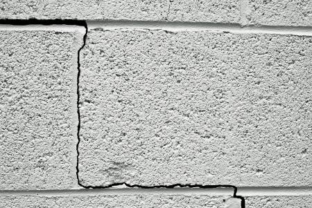 갈라진 금: 콘크리트 건물의 기초에 균열 스톡 사진