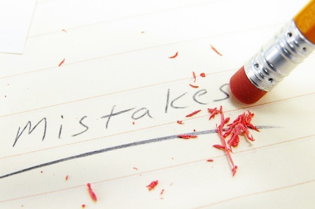 close-up van een pecil gum corrigeren van een fout Stockfoto