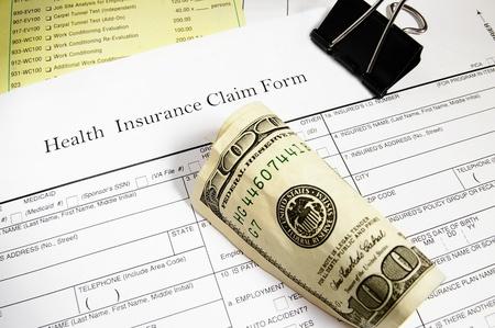 reclamo: El seguro m�dico formulario de reclamaci�n, facturas y dinero en efectivo