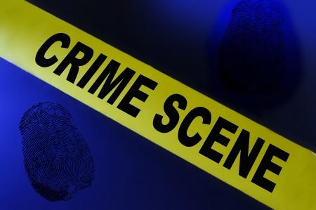 escena del crimen: Cinta de la escena del crimen amarillo sobre fondo azul con huellas dactilares