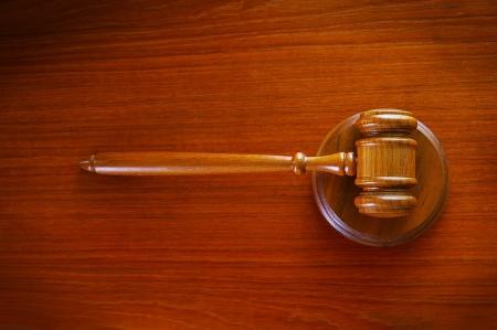 上面ビュー、机の上の法的裁判所小槌 写真素材