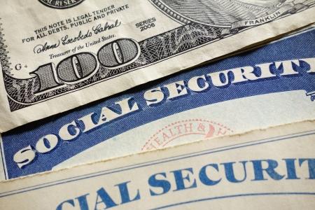 Primer plano de las tarjetas del Seguro Social de Estados Unidos y el dinero Foto de archivo - 17032171