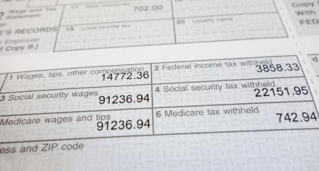 Gros plan d'un formulaire W2 montrant sociales retenues sur la sécurité et l'assurance-maladie Banque d'images - 17745067