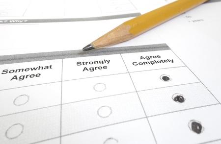 顧客または従業員の調査の完全に同意するとクローズ アップいっぱい