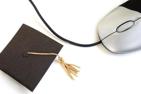 白地ミニ卒業キャップとコンピューター マウス