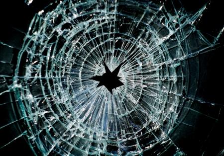 Gebroken venster met een gat in het midden Stockfoto