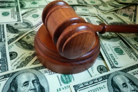 Nahaufnahme eines gesetzlichen Hammer auf US Bargeld