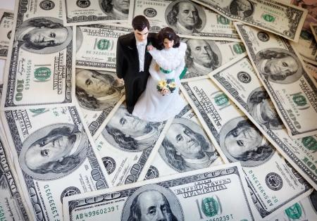 bruid en bruidegom cake-topper paar op geld Stockfoto