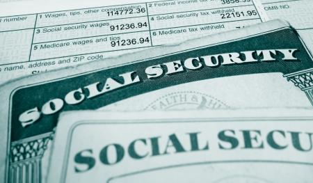 seguridad social: Primer plano de tarjetas de Seguro Social y W2 forma salarial