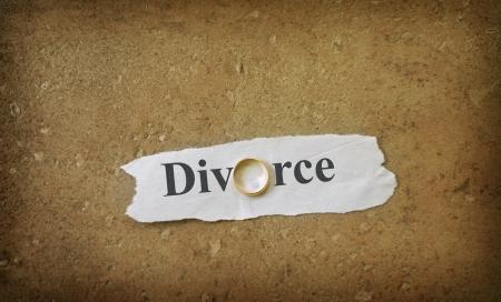 Echtscheiding tekst op gescheurd papier met gouden trouwring