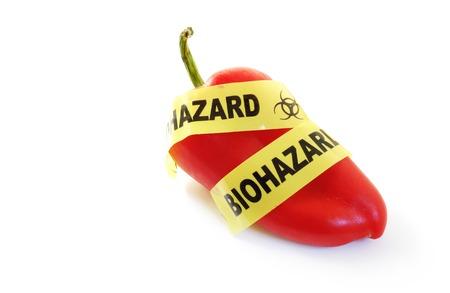 genetically modified: Pepe rosso con nastro bio-hazard Alimenti geneticamente modificati o concetto di pesticidi Archivio Fotografico