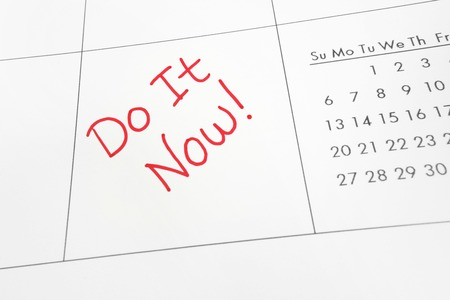 Kalender met Do It Now tekst in rood