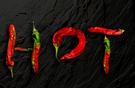 chiles picantes: pimientos rojos picantes calientes, calientes ortografía en negro Foto de archivo
