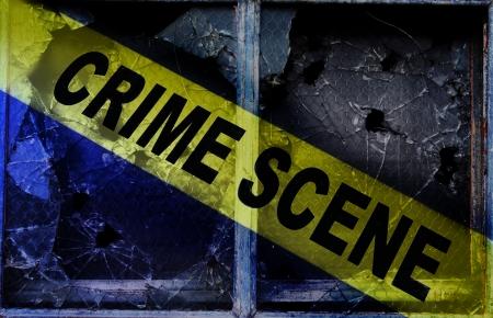 escena del crimen: Cinta de la escena del crimen a través de ventanas de vidrio rotos