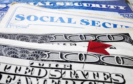 Gros plan de cartes de sécurité sociale et de l'argent avec le drapeau de la retraite Banque d'images - 27372592