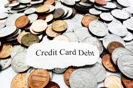 コインの山の上のクレジット カードの負債のテキスト